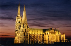 Cathédrale-vue-de-nuit-©-Office-de-Tourisme-de-Chartres-Chartres-Convention-Visitors-Bureau-Y-Wemaere